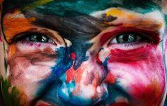 A sonreír! Esta foto expresa parte de lo que significa la felicidad: colores infancia ojos brillantes y limpios ingenuidad ternura curiosidad... Lo positivo siempre tiene su punto negativo eso solo es para mi. Ser protector significa tragar y aguantar para que el resto sea feliz. Y a ti a ti y a ti solo os deseo que seáis felices.  #amor #love #musica #music #color #ojos #eyes #infancia #childhood #rostro #cara #face #respeto #respect #tolerancia #tolerance #felicidad #happy // Fot.: C…