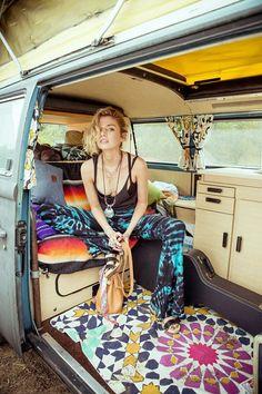 hippie style 509891989052334575 - Belle tenue hippie chic look hippie robe style hippie chic van Volkswagen Source by archzinefr Style Hippie Chic, Hippie Bohemian, Bohemian Style, Hippie Hair, Boho Gypsy, Kombi Trailer, Kombi Motorhome, Volkswagen Transporter, Vw T1