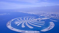 Dubai.Es uno de los siete emiratos que conforman los Emiratos Arabes Unidos desde 1971, es la más poblada -la capital de los EAU es Abu Dhabi- y parece tener los objetivos claros: sabiendo que el petróleo no duraría para siempre, hace varios años se comenzó a planear y construir –literalmente- su futuro. Un futuro como gran destino turístico y un imán para el desembarco de marcas de lujo. Con edificios llamativos, hoteles de altísima gama, una línea aérea de servicio impecable -Emirates…