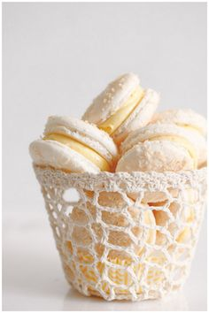 French buttercream for macarons and cupcakes Vanilla Cream, French Vanilla, French Buttercream, Vanilla Macarons, Coconut Macarons Recipe, Cuisine Diverse, French Macaroons, Pastel Macaroons, Snack Recipes