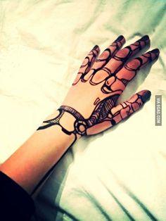 This is a cool cyborg henna design. Tattoos Bras, Body Art Tattoos, Hand Tattoos, Cool Tattoos, Finger Tattoos, Sleeve Tattoos, Tatoos, Botanisches Tattoo, Yakuza Tattoo
