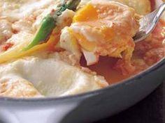 イタリア風目玉焼き レシピ 講師は落合 務さん|トマトとチーズ、卵とシンプルだけど、食べると元気になる一品です。休日のブランチにぴったりですよ。