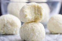Lemon Cheesecake Keto Fat Bombs – You love fat bombs, we love 'em, everybody loves 'em! These low carb, keto fat bombs are an easy, no-bake frozen dessert you can make with simple… Keto Fat, Low Carb Keto, Low Carb Recipes, Cheese Recipes, Easy Recipes, Delicious Recipes, Cheesecake Fat Bombs, Lemon Cheesecake, Cream Cheese Fat Bombs