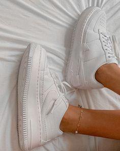 Best Sneakers, Vans Sneakers, Sneakers Fashion, Estilo Blogger, Nike Shoes Air Force, Sneaker Games, Aesthetic Shoes, Nike Af1, Every Girl