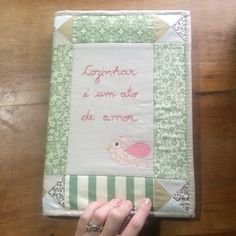Capa de caderno feita em patchwork, aplicações e com bordado livre manual.