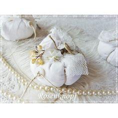 Passend zum Herbst ein kleiner weißer Kürbis im Shabby Stil, verziert mit all dem hübschen Tand das meinem Atelier inne wohnt♥