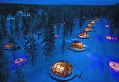 Kakslauttanen Arctic Resort i Finland er et iskoldt eventyr. Her kan du sove på rensdyrskind med nordlyset bølgende over dig.