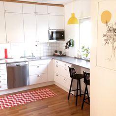 White VEDUM kitchen, yellow Muuto Unfold pendants, Zigzag chairs, Brita of Sweden Gunnel mat
