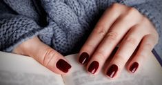 The advantage of the gel is that it allows you to enjoy your French manicure for a long time. There are four different ways to make a French manicure on gel nails. Dark Red Nails, Burgundy Nails, Oxblood Nails, Blue Nail, Sns Nails Colors, Fall Nail Colors, Winter Colors, Opi Nails, Manicures