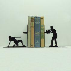 Ludieke, fantasierijk vormgegeven metalen boekensteunen  www.kopgroepbibliotheken.nl