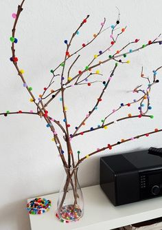 DIY: branches decorated with pompoms - brilliant eye-catcher!Today I have a simple but very decorative DIY guide for you, with which you can decorate your home sweetly. For this eye-catcher you need a few branches, Bunny Crafts, Easter Crafts, Easter Ideas, Diy Home Crafts, Diy Crafts For Kids, Craft Ideas, Decoration Branches, Pom Pom Crafts, Diy Ostern