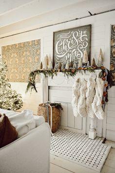 Diy Christmas Decorations For Home, Christmas Tree Garland, Christmas Mantels, Farmhouse Christmas Decor, Christmas Diy, Natural Christmas, Victorian Christmas, Simple Christmas, Vintage Christmas