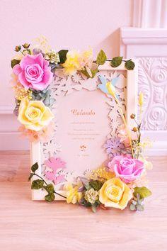 結婚式のご両親への贈り物として人気のフォトフレームタイプのギフトです。プリザーブドフラワーならウェディングの思い出と共に残ります。