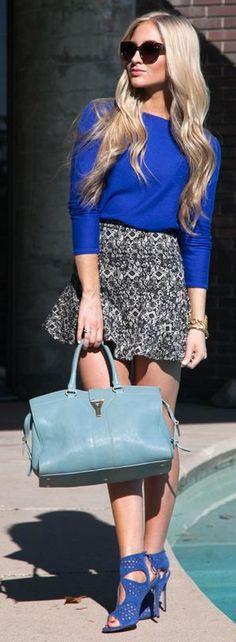 Usa tonos de la misma paleta para un look mas atrevido #printskirt #blue
