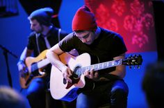 Paramore guitarist Taylor York performs on 'MTV Unplugged. Taylor York, Mtv Unplugged, Pop Punk, Paramore, Rare Photos, Cool Bands, Photo Galleries, Music, Gallery