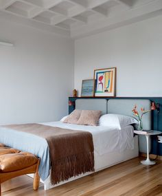 Apartamento integrado tem base neutra e decoração atemporal