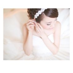 ** 定番のお支度ショット * メイクシーンを撮るのかと思っていたら、イヤリングをするシーンでした✨ * でもこっちの方が顔が見えなくていいかも笑 * #ハワイウエディング#ウエディング#hawaiiwedding#hawaii#リゾ婚#お支度#お支度シーン#プレ花嫁#卒花#卒花嫁 Wedding Photo Images, Bridal Photoshoot, Art Pieces, Bride, Naver, How To Make, Instagram, Fashion, Wedding Ideas