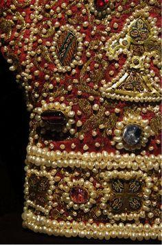 Guantes de la Coronación de Federico II en Sicilia (1220), emperador del Sacro Imperio Romano Germánico y rey de Sicilia. Seda bizantina con incrustaciones de perlas, esmaltes, bordados y piedras preciosas.