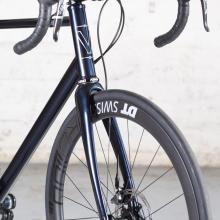 Vélo de route artisanal sur-mesure acier à disques Victoire Véloce en Columbus HSS
