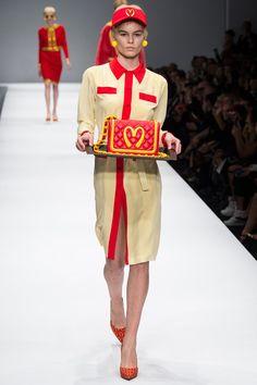 jeremy scott for moschino - It's Milan Fashion Week and the Jeremy Scott for Moschino collection is far from ordinary. Jeremy Scott is an American fashion designer wit. News Fashion, Fashion Week, Love Fashion, Runway Fashion, High Fashion, Fashion Show, Milan Fashion, Crazy Fashion, Quirky Fashion