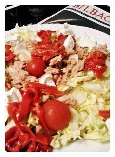 Ensalada Bilbao. Escarola, tomate, queso, bonito y pimientos rojos. Tahona Artesanal Gourmet Bilbao.