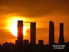 Puesta de sol en Madrid entre las 4 torres de Castellana