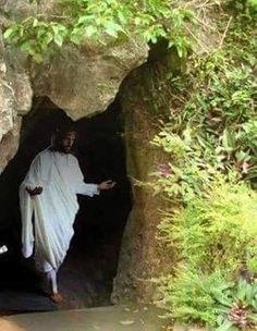 Jesus died but rose on the Third day death could not hold him down and He is alive forevermore Amen hallelujah Pictures Of Jesus Christ, Religious Pictures, King Jesus, Jesus Is Lord, Jesus Tomb, Immaculée Conception, Image Jesus, Jesus Photo, Religion