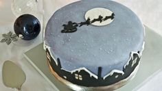 Mary Berry's been making her traditional Christmas cake recipe for as long as Paul Hollywood's been alive. Royal Icing Sugar, Black Fondant, Yellow Foods, Piping Bag, Smooth Cake, White Icing, Gel Food Coloring, Edible Glitter, Mary Berry