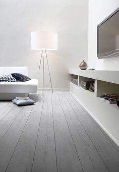 Pvc vloer grijs. Bestel 6 GRATIS stalen op onze website handyfloor.nl   Home Stick - White pecan: Zelfklevende pvc vloer (848)   €17,95 / m²   Een pecanhouten vloer van pvc met de uitstraling van echt hout. De vloer schept ruimte, geeft rust en is toepasbaar in iedere ruimte. Mooi in een industriële witte keuken #white #wit #pvc #vinyl #stick #wood #houten #vloer #hout