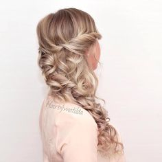 NEW ON THE BLOG. Curly homecoming hairstyles like this loose side braid with curls from @hairbymatilda. Feel just like a princess with this half-up hairstyle! Start with a twist at the crown then loosely braid your hair over one shoulder. The soft curls make the whole look feel casual yet glamorous. #hair #sidebraid #curls