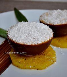 Un dessert express qui en jette! Je me suis inspirée d'un dessert que nous avons dégusté dans un restaurant, une coque au chocolat remplie de glace, avec des tranches &d'ananas Vitoria& rôties et un peu de noix de coco... des notes exotiques pour finir...