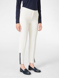 The soft, sturdy quality of these tapered NOMI-trousers combined with the comfortable fit and subtle details at the leg endings makes them an easy choice for both parties and everyday wear.
