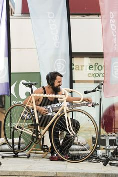 El músico alternativo Roberto Herruzo amenizando la velada con música hecha con una bici y un monopatin