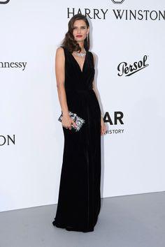 vestido largo en negro - Bianca Balti de Dolce & Gabbana. Las joyas las firma Akillis Paris en gala amfar Cannes 2017