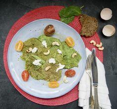 Omelette de blancs d'oeuf aux épinards Omelettes, Avocado Toast, Guacamole, Mexican, Breakfast, Ethnic Recipes, Food, Custard, Seasonal Recipe