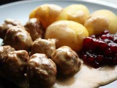Köttbullar (Swedish Meatballs with potatoes, cream sauce and lingon)