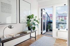 Toplo i udobno potkrovlje od 50 m² Studio Apartment Furniture, Studio Apartment Decorating, Scandinavian Living, Scandinavian Interior, Small Attics, Small Spaces, Tree Interior, Interior Design, Studio Decor