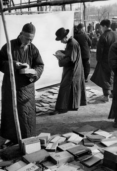 Open air market, Beijing, December 1948 by Henri Cartier-Bresson Magnum Photos, Candid Photography, Street Photography, Urban Photography, Color Photography, Photos Du, Old Photos, Henri Cartier Bresson Photos, People Reading