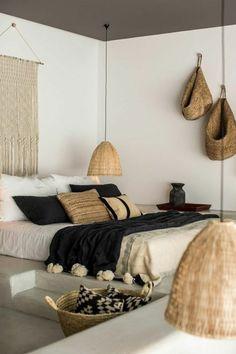 deco chambre adulte style ethno paniers africains objet déco tressé au mur
