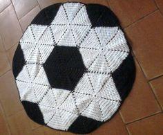 Tapete de crochê bola de futebol preto e branco, feito em barbante medindo aproximadamente 80 cm, ótimo para decorar o quarto do seu filho ou para presentear alguém com muito estilo e bom gosto