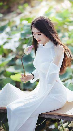520 x 950 Vietnamese Traditional Dress, Vietnamese Dress, Traditional Dresses, Ao Dai, Curvy Women Fashion, Asian Fashion, Beautiful Asian Women, Asian Woman, Asian Beauty