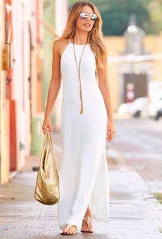 2bf25e50ce O vestido all white fica perfeito com acessórios dourados Moda Evangelica