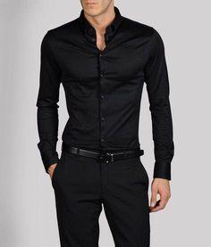 ¿Quieres lucir alto, delgado y dramático? Viste todo de negro, ideal para salir de fiesta en viernes.