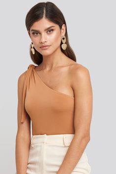 This body features a one shoulder, a strap detail, a snap button closure on the bottom and a slim fit. Fashion Idol, Fashion Outfits, Body Suit Outfits, Asymmetrical Tops, One Shoulder Tops, Brunette Girl, Fashion Sewing, All About Fashion, Future Fashion