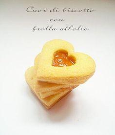 Dei biscottini a forma di cuore fattti con la frolla ma senza burro ,provateli sono deliziosi!