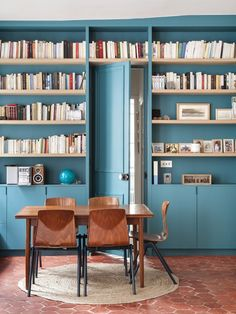 Make custom bookshelves really *pop* with bold color. (🏠: 📷: Link in bio to see the rest of this stunning Parisian apartment Interior, Home Decor Bedroom, Home, Home Libraries, Paris Apartments, Modern House, Long Living Room, French Home Decor, Parisian Apartment