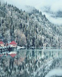 Почему зима самое лучшее время для посещения Абхазии? - ответ на фото 😍 ⠀ ✔️ Зимняя красавица Рица превращается в сказочное озеро! А главное вы будете практически одни, без десятков экскурсионных групп, большие автобусы не поднимаются в горы зимой. ⠀ ✔️ Очевидный плюс в довольно быстром переходе российско-абхазской границы. А ведь летом можно простоять и не один час! ⠀ ✔️ Насладится уединением с природой и кристально чистым горным воздухом, запечатлеть самые красивые пейзажи, и конечно…