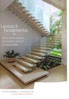jardim abaixo da escada patamar degrau grande guarda corpo de vidro iluminação natural parede de vidro