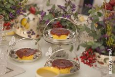 mini bolos de goiabada em peças de prata com borboletas