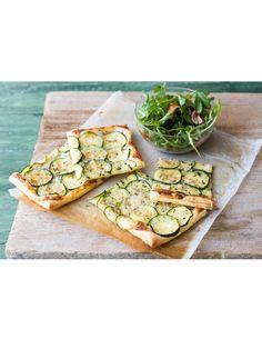 Schmeckt warm und kalt: Rezept für eine mediterrane Quiche mit Parmesan, Rosmarin und Zucchini